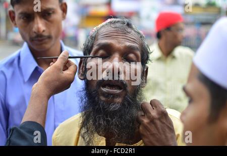 Kolkata, Indien. 30. April 2013. Ein Mann freiwillig selbst, etwas über seine Augen. Eid feiert in Kalkutta. Kleid - Stockfoto