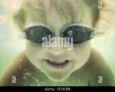 Nahaufnahme eines jungen Schwimmen unter Wasser - Stockfoto