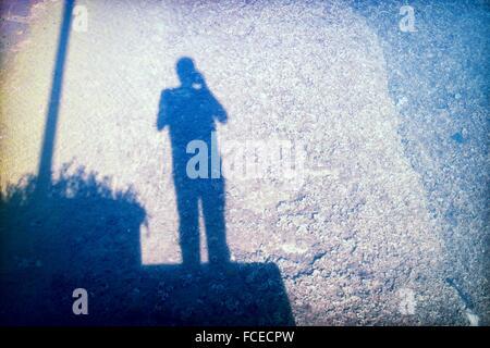 Self-Portrait. Selfie. Schatten des Fotografen spiegelt sich im Meer. Port-Mahon, Menorca, Mittelmeer, Balearen - Stockfoto