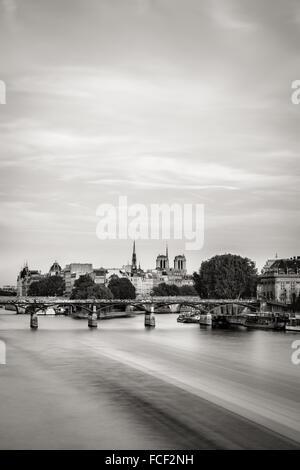 & Schwarz-weiß Sicht auf Île De La Cité und Pont des Arts mit den beiden Türmen der Kathedrale Notre Dame de Paris. - Stockfoto