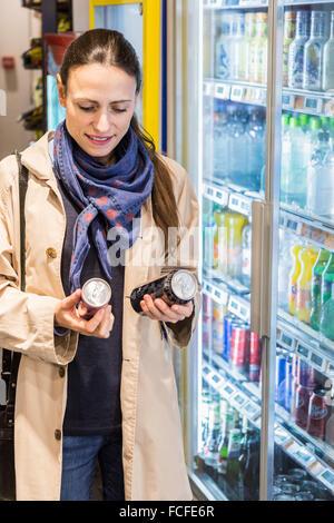 Frau shopping für Energie Getränke im Supermarkt Stockfoto, Bild ...