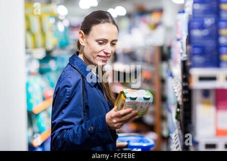 89b942934f90bd Frau in Baby-Nahrung-Abschnitt im Supermarkt einkaufen. - Stockfoto