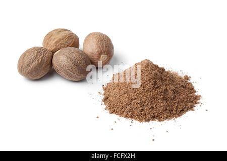 Haufen von gemahlenem Muskat Pulver und Samen auf weißem Hintergrund - Stockfoto