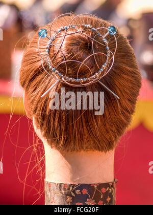 Hals und Kopf der Puppe mit roten Haaren in einem Brötchen Wabbel durch Draht Haarnadeln beim Renaissance Festival - Stockfoto