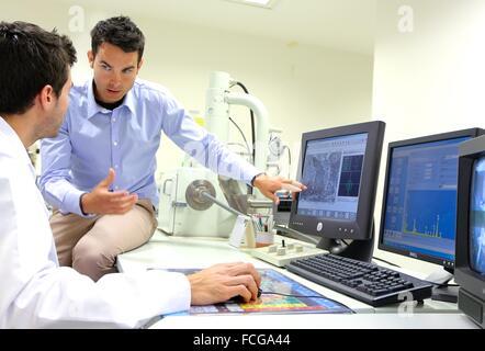 Forscher. SEM Scannen Elektronenmikroskop. Technologische Dienstleistungen für die Industrie. Tecnalia Forschung - Stockfoto