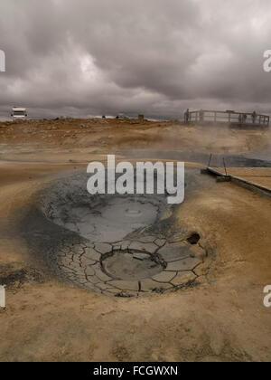 Touristen auf Plattform anzeigen Schlammlöcher und geothermische Aktivität bei Namaskard, Myvatn, Island. - Stockfoto