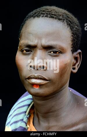 Frau vom Stamm Bodi mit Kinn Dekoration, Omo-Tal in Äthiopien, Afrika. - Stockfoto