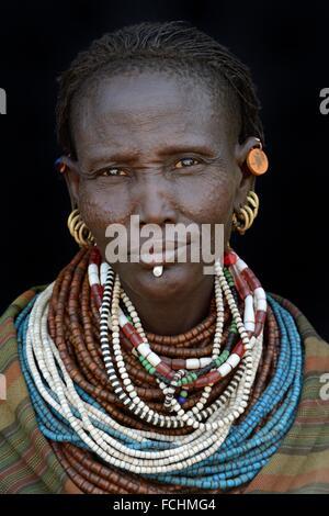 Frau vom Stamm Toposa Anzeige Gesichts Scarification und traditionellen Schmuck. - Stockfoto