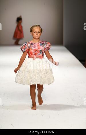 Ein Kind-Modell geht die Start-und Landebahn auf Nancy Vuu Fashion Show während der New York Fashion Week Frühjahr - Stockfoto