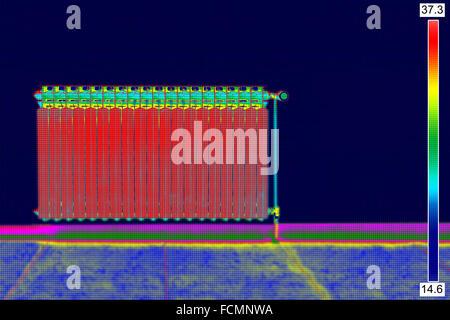 Infrarot-Thermo Bild der Heizkörper im Haus - Stockfoto
