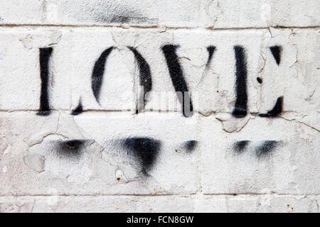 LONDON, UK - 13. Januar 2016: Das Wort aufgesprüht Liebe auf eine Mauer in London, 13. Januar 2016. - Stockfoto