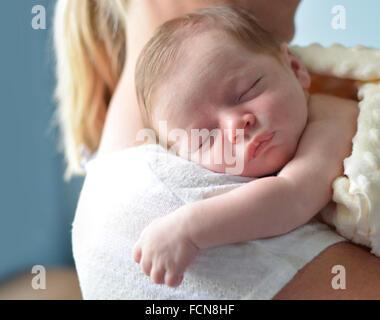 Mutter hält Baby schlafen, - Stockfoto