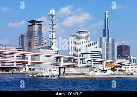 Waterfront Stadtbild von Meer Hafen Stadt Kobe Japan in der Präfektur Hyogo mit Überführung Brücke, Bürogebäuden - Stockfoto
