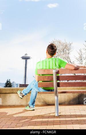Mann mit Raum-Nadel auf Hintergrund im park - Stockfoto