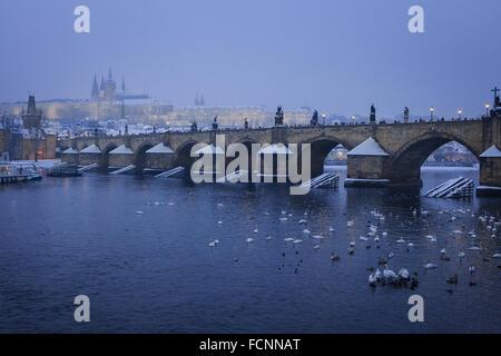 Romantisch verschneite Prag gotische Burg mit Charles Bridge, Tschechische Republik - Stockfoto