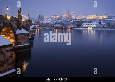 Prager Burg mit Charles Bridge, Tschechische Republik - Stockfoto