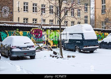 Mehrfamilienhaus Berlin Brunnenstraße 6/7 & Schnee bedeckten Autos im Hof, ehemalige hocken nun selbst Wohnprojekt - Stockfoto