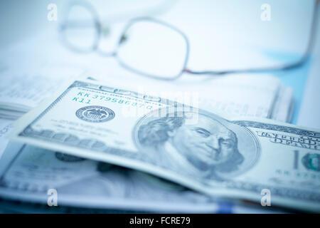 Gläser mit Geld und Einnahmen auf dem Schreibtisch - Stockfoto