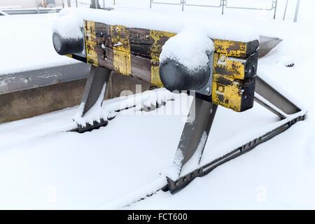 Alten Holzeisenbahn Sackgasse mit Schnee bedeckt - Stockfoto