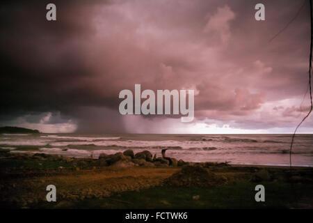 Starkregen kommt vor der Küste von Sumatra, wie dunkle über dem indischen Ozean Wolken. - Stockfoto