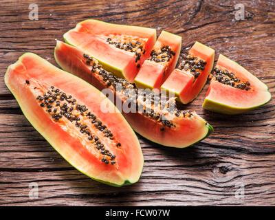 Papaya Frucht auf hölzernen Hintergrund. - Stockfoto