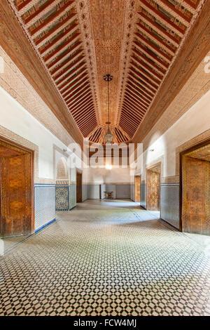 Interieur und Decke in einem der Zimmer des Bahia Palastes in Marrakesch, Marokko. - Stockfoto