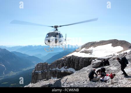 Dieser Hubschrauber ist kommen und Rettung der Mann im roten T-shirt. Sie alle bestiegen den Berg hinauf und nicht - Stockfoto