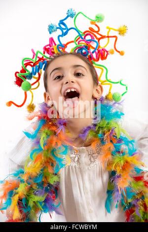 Glückliche kleine Mädchen feiern mit vielen bunten Partystromer im Haar und um ihre Schultern - Stockfoto