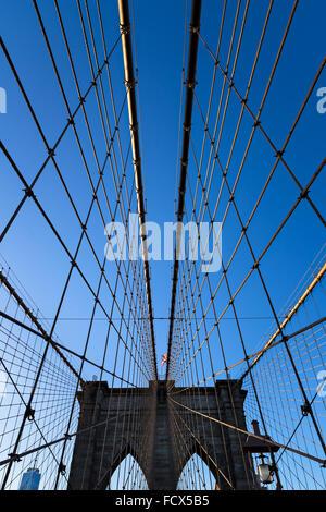 Tragseile und West Tower der Brooklyn Bridge mit doppelten gotischen Bögen und Drahtseil Kabel, New-York-City - Stockfoto