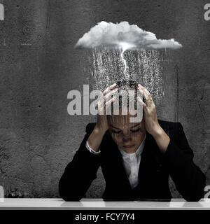 Jungen Weinen Geschäftsfrau mit Händen auf Kopf - Stockfoto