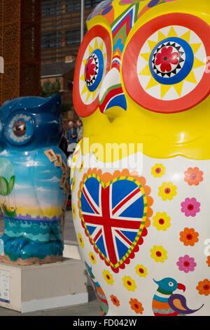 Details zu zwei Eulen Skulpturen Teil der großen Hoot Birmingham Eule Skulptur trail 2015 West Midlands England - Stockfoto
