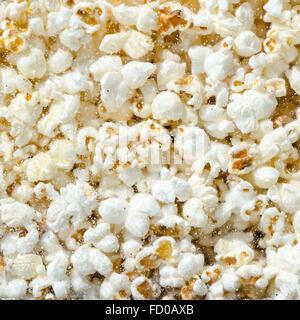 Hunderte popcorn Hintergrund. Popcorn hinter dem Glas Popcorn maschine - Stockfoto