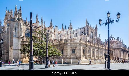 Spanien, Andalusien, Provinz Sevilla, Sevilla, Blick auf die Südfassade der Kathedrale von Sevilla aus Avenida De - Stockfoto
