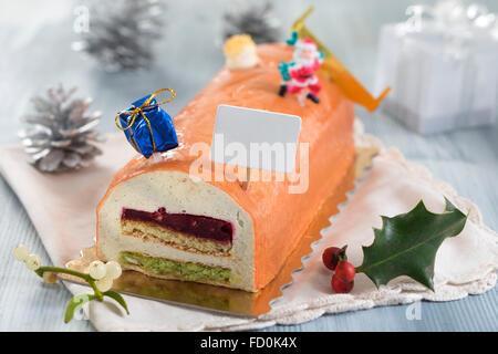 Yule-Log von weißem Schokoladenmousse gefüllt mit Himbeer-Püree - Stockfoto