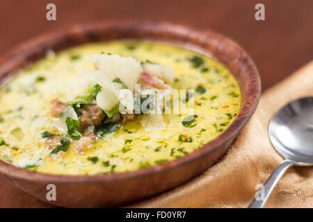 Wurst und Kohl Zuppa Toscana italienische cremige Suppe - Stockfoto