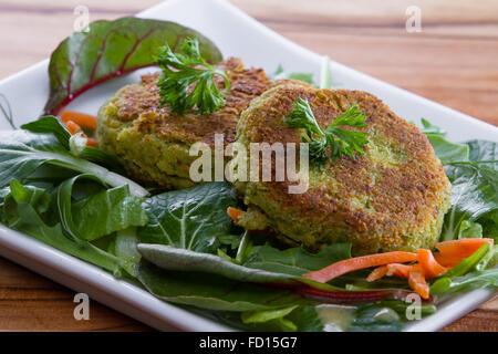 Gegrillte Falafels über einen frischen grünen Salat mit Bio Mikro Grüns gedient - Stockfoto