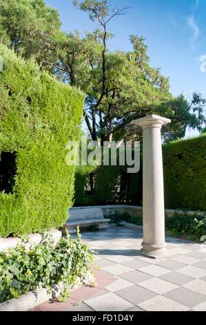 Spalte in einem Garten. Foto von Cecilio Rodríguez Gärten, Parque del Retiro, Madrid, Spanien - Stockfoto
