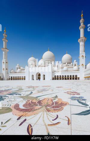 Blick auf verzierten Innenhof der Scheich-Zayid-Moschee in Abu Dhabi Vereinigte Arabische Emirate - Stockfoto