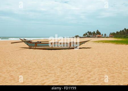 Traditionelles Boot auf dem sandigen Strand Ahungalla, Südprovinz, Indischer Ozean, Sri Lanka - Stockfoto