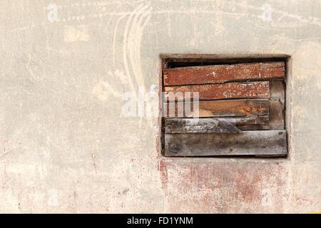 Fenster gekeult alten Holzbrett an der Wand mit Kratzer und Risse. Große Hintergrund oder Textur für Ihr Projekt. - Stockfoto