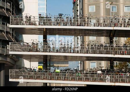 Bike-flach 'De Fietsflat' in der Nähe von Amsterdam Centraal Station. Nord-Holland. Den Niederlanden. (78) - Stockfoto