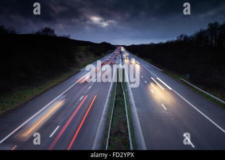 Licht Loipen von schnell fahrenden Autos auf stark frequentierten britische Autobahn - Stockfoto