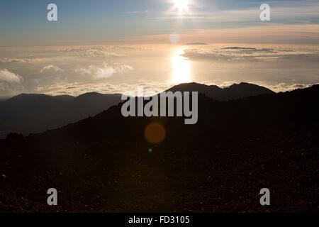 Die Sonne scheint über Wolken, gesehen von den Teide im Teide Nationalpark auf Teneriffa, Spanien. Sonnenlicht Fackeln - Stockfoto