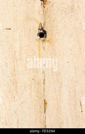 Rundes Loch in der Wand der alten Vintage, schmutzig, rostiges Wasser tropft und Farbe. Grunge Oberfläche. Große - Stockfoto