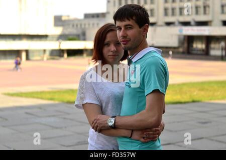 Junges Paar auf der Straße umarmen - Stockfoto
