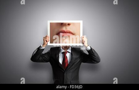 Nicht erkennbare Geschäftsmann Gesicht hinter Foto Mund versteckt - Stockfoto