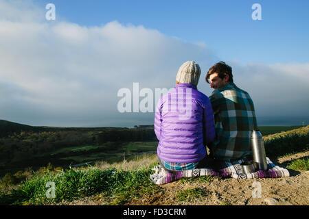 Ein junges Paar auf ein Abenteuer camping in Big Sur, Kalifornien. - Stockfoto