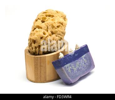 Bad-Set mit Schwamm, Olivenseife und Öl in Holzkiste - Stockfoto