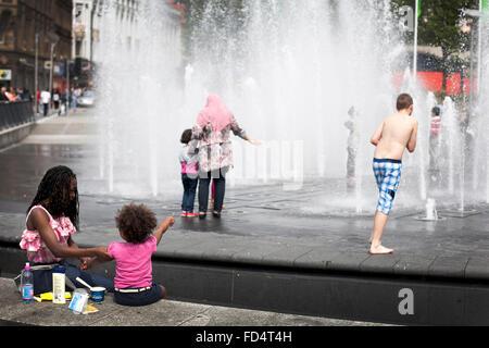 Wasser-Brunnen am Piccadilly Gardens in Manchester an einem sonnigen Sommertag - Stockfoto