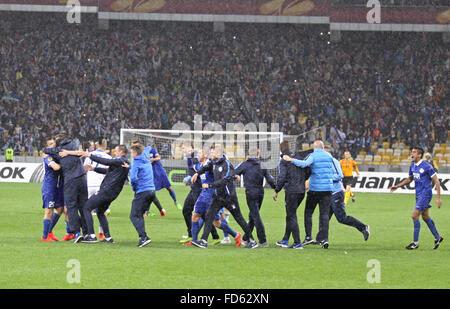 FC Dnipro Spieler und Trainer feiern Sieg nach UEFA-Champions-League-Halbfinale gegen Napoli - Stockfoto